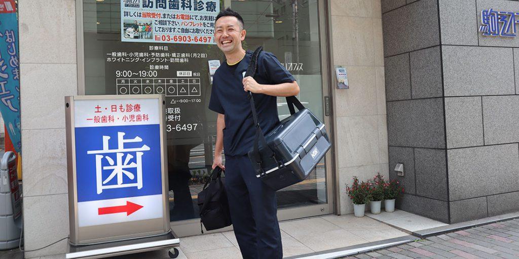 訪問診療に出かける山本先生